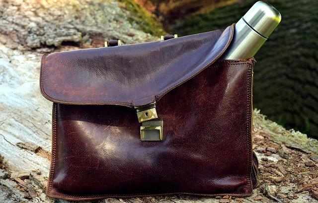 Serviette en cuir pour femme : un accessoire professionnel de plus en plus tendance