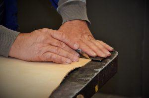 travail-cuir-pour-confection-bracelet-tressé