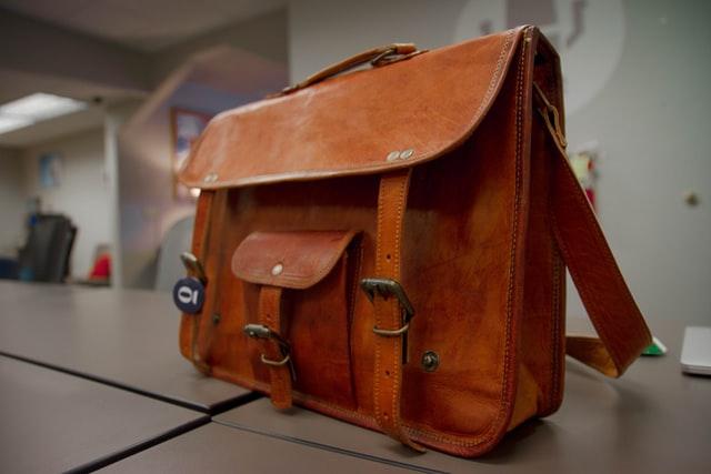 Comment assouplir une sacoche en cuir ?