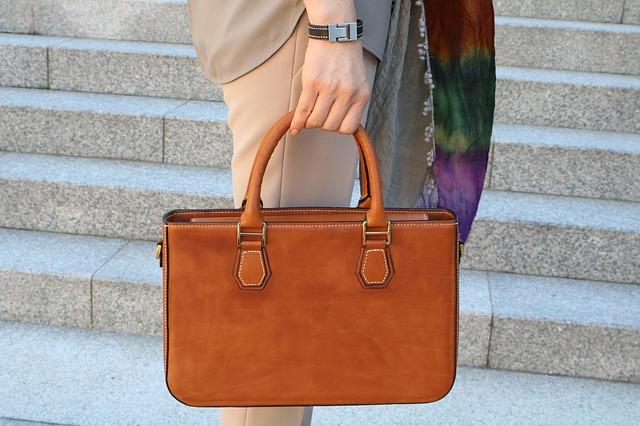 Le cartable en cuir pour femme : un accessoire professionnel et tendance