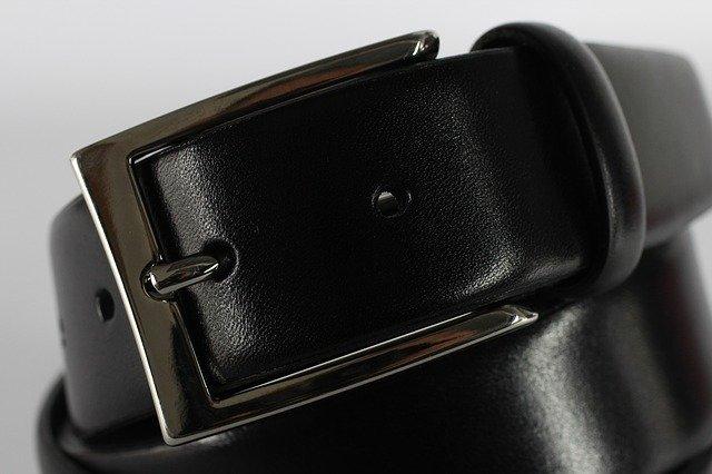 La ceinture en cuir à grosse boucle : un design prisé des hommes